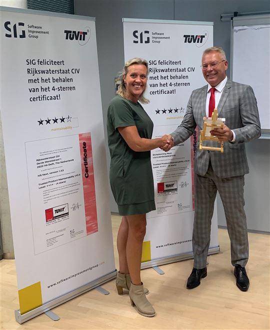 Nancy Scheijven, Directeur Scheepvaartverkeer- en Watermanagement bij Rijkswaterstaat, heeft de acht certificaten in ontvangst genomen van Peter den Held, Directeur Ontwikkeling Services van Rijkswaterstaat.