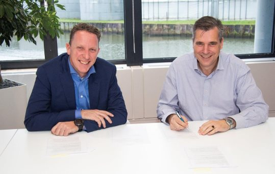 Het tekenmoment, links André van Dalen, rechts Frank Binnekamp (directeur van Juva).