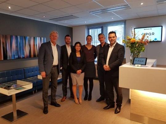 Na tekenen van de samenwerkingsovereenkomst, v.l.n.r.: Ronald Schaap, CEO (PQR), Jack Bruijn, accountmanager (Uniserver), SheauPeiChong, CTO (PQR), Marijke Kasius, directeur (PQR), Ronald Bezuur, CEO (Uniserver) en Emile Schouwstra, commercieel directeur (Uniserver).