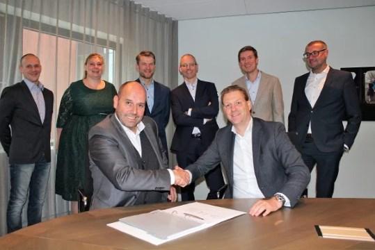 Jan Beekman (Managing Partner Mysolution) en Johan Bogaard (CFO USG People) bezegelen de samenwerking met een handdruk