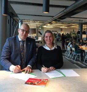 De heer Lichtenberg, Wergeversservicepunt West-Brabant en mevrouw Biersma, Computer Profile ondertekenen convenant