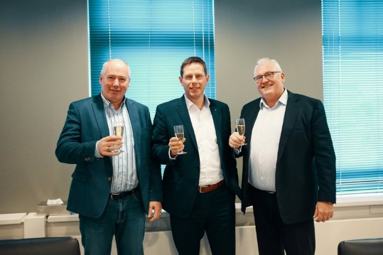 Eugene Tuijnman (Datacenter Brabant), Gerben van der Veen (Dataplace) en Sander Nieuwmeijer (Datacenter Brabant) proosten op de overname en de samenwerking