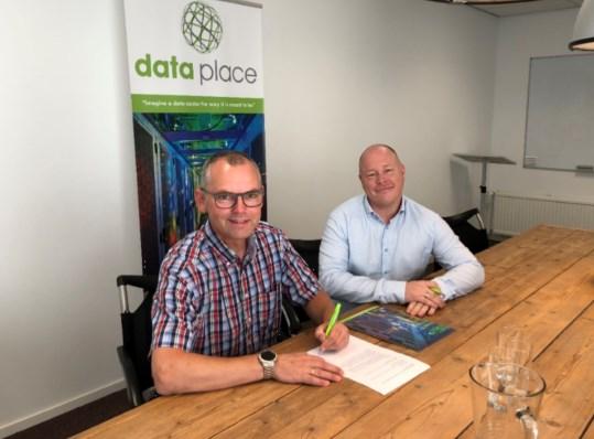 Michael Blaas (Veiligheidsregio Utrecht) en Dave Dekkers (Dataplace) tijdens het ondertekenen van de overeenkomst.