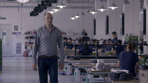 Jelle Brandt Corstius bezoekt een smartphonehoesjesfabriek in China ©VPRO