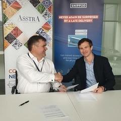 Dmitry Lagun, AsstrA-Associated Traffic AG Group President (links) en Lucien Besse, COO en mede-oprichter van Shippeo (rechts), gaan strategische samenwerking aan.