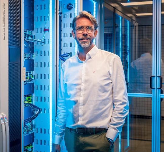 """""""Onze datacenters, waaronder de AMS01-faciliteit in Amsterdam, zijn perfect in staat om flexibel een grote verscheidenheid aan technologieën te huisvesten, waaronder ook OCP,"""" zegt Joris te Lintelo, Vice President bij maincubes."""