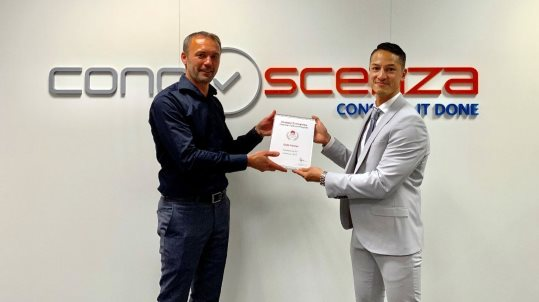 Niels van Dijk, Algemeen Directeur van ConoScenza, ontvangt uit handen van Serge Schulte, Channel Manager bij Huawei Enterprise Business Group, het Gold Partner certificaat.